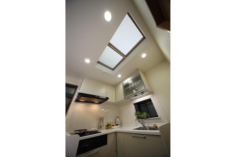リフォーム後のキッチンと天井からの光