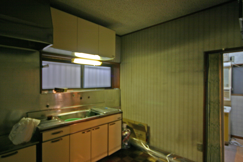 リフォーム前のキッチンと奥に見える洗面室