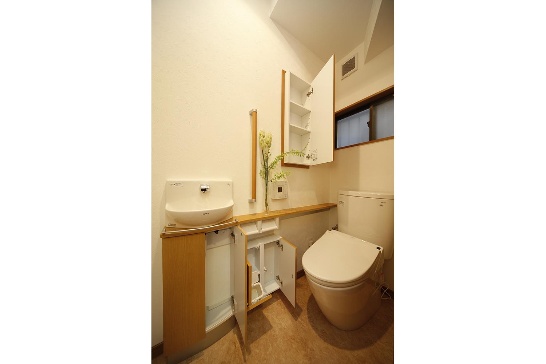 リフォーム後のトイレ収納全開