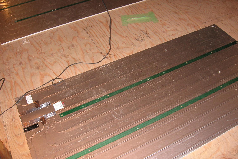 施工中キッチン床暖房
