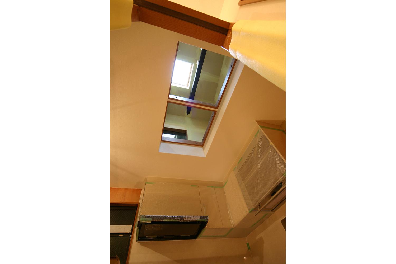 施工中のキッチン天井の光井戸開口