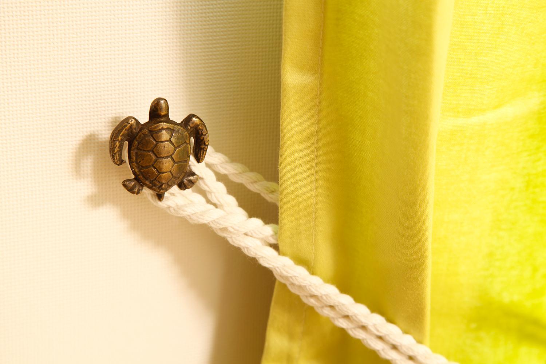カメのカーテンフック