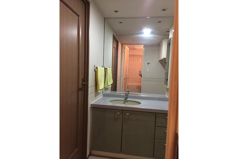 リフォーム前の洗面化粧台と扉