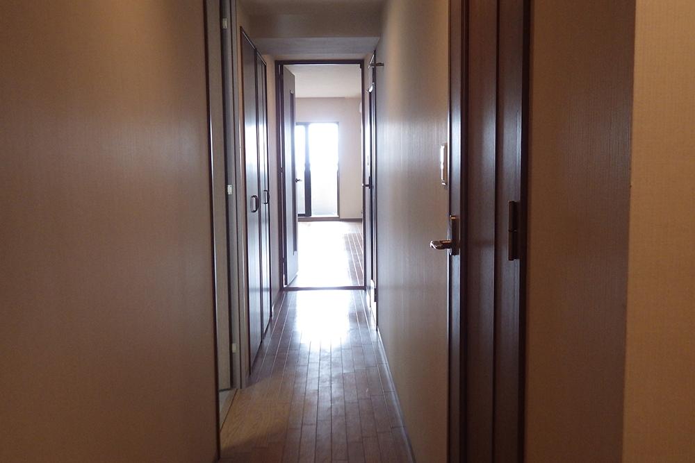 リフォーム前の廊下とリビングのフローリング