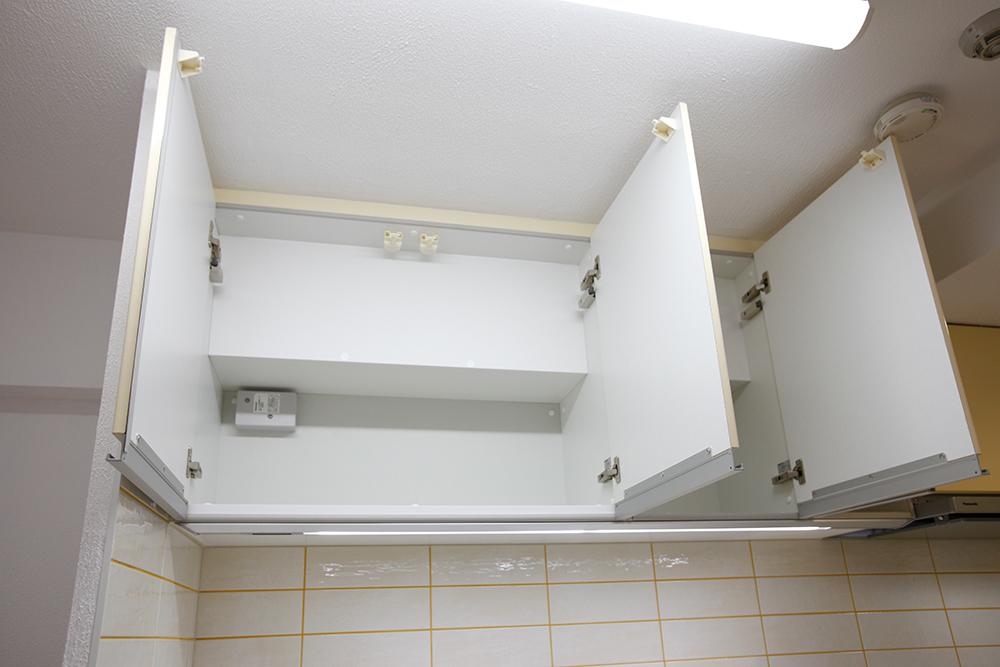 リフォーム後のキッチン吊り戸棚扉全開