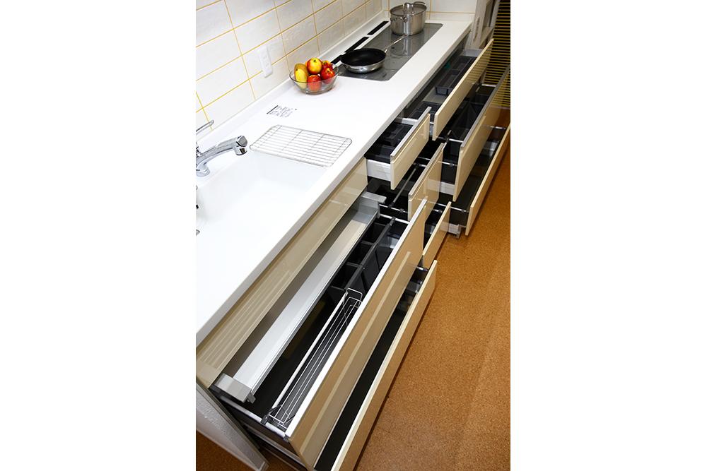 収納が充実したリフォーム後のキッチン