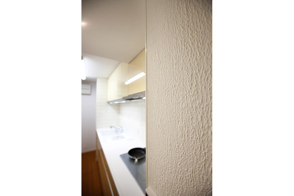 リフォーム後のキッチンのガイナコートの壁面