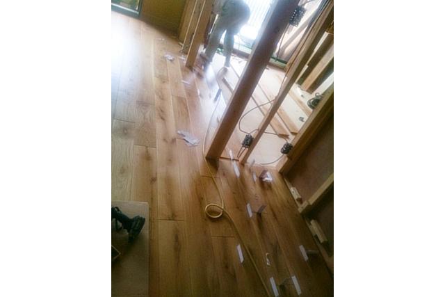 リビングから子供部屋の床貼り中