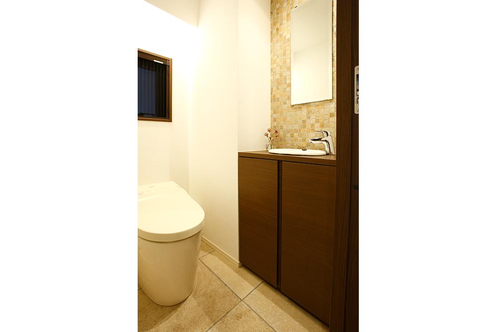 リフォーム後のトイレと手洗い全景