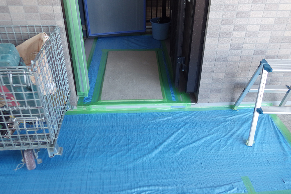 養生処理済の玄関と共用廊下