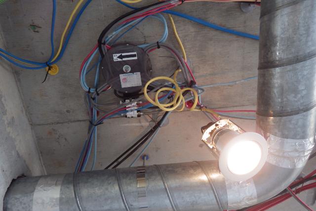 電気工事中のリビング天井