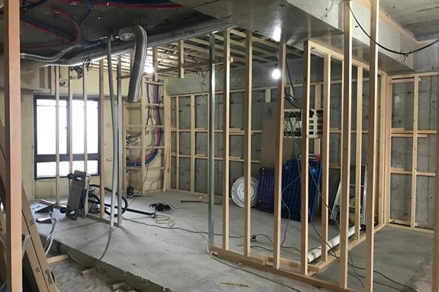 リフォーム工事中の子供部屋間仕切り木軸