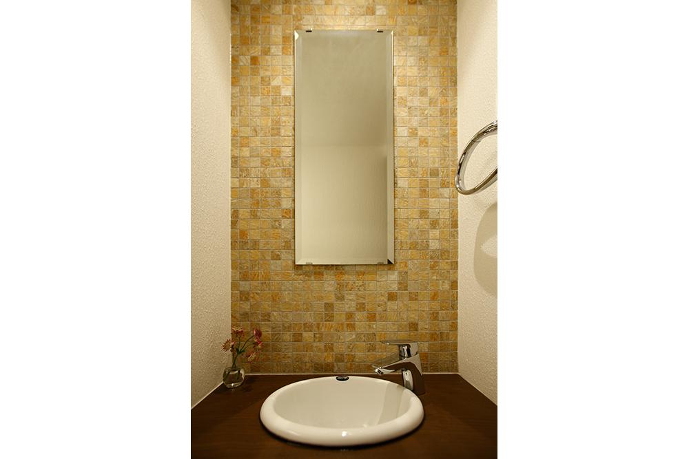 タイルが美しいリフォーム後のトイレ手洗い壁