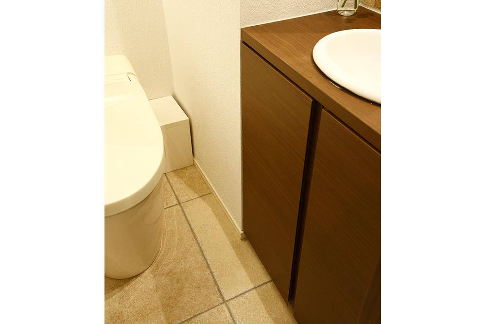 リフォーム後のトイレ収納棚の扉を開ける前