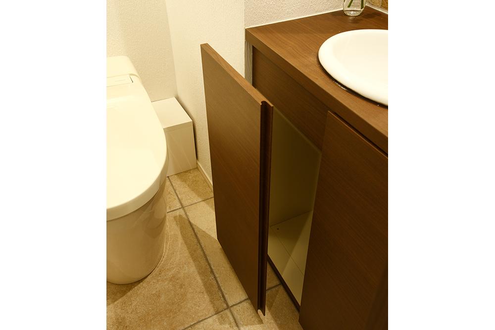 リフォーム後のトイレ収納棚の扉を開けている途中