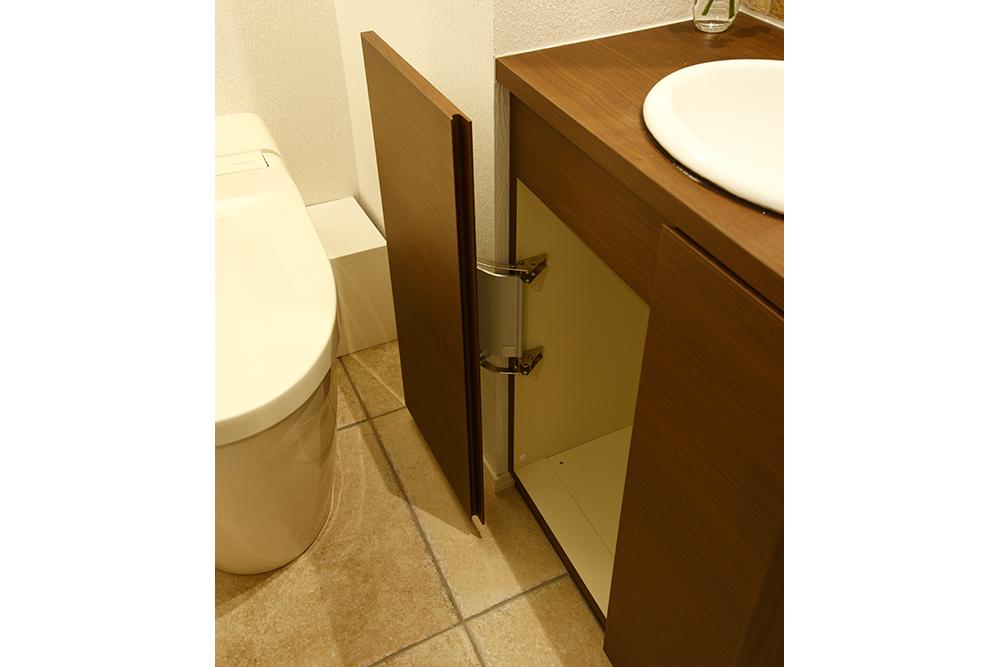 リフォーム後のトイレ収納棚の扉を全開したところ