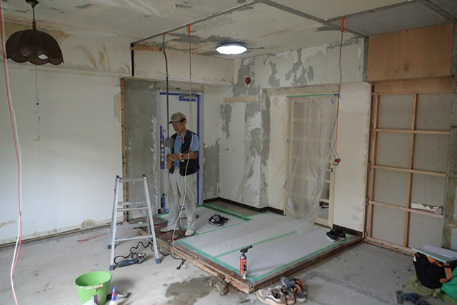 西側洋室と玄関の解体後