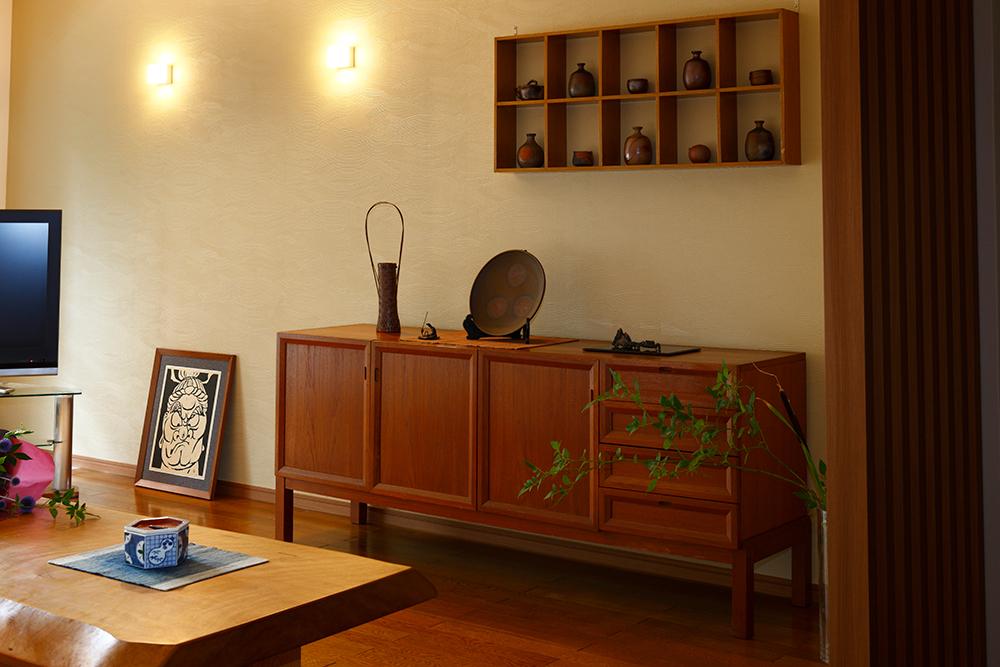 リフォーム後のリビング壁と飾り棚