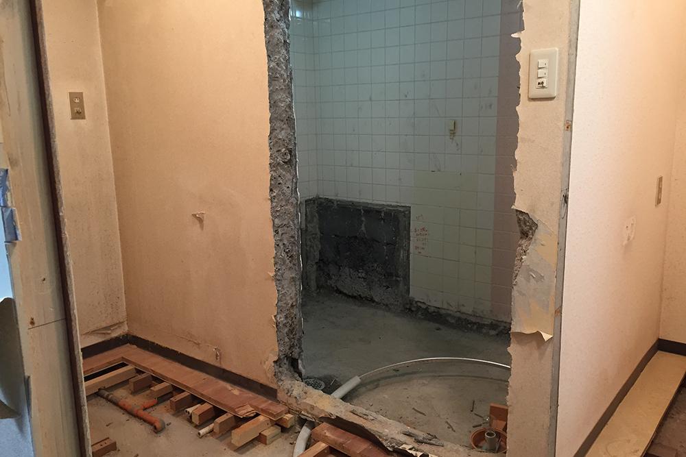 浴室の扉をはずした様子