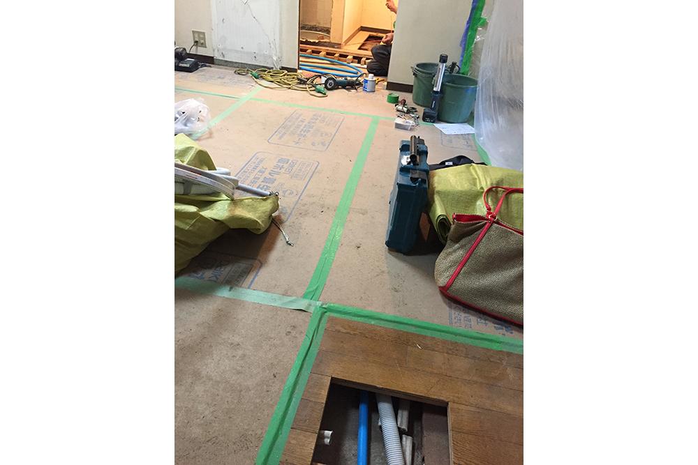 キッチン側と洗面室側を床下で結ぶ