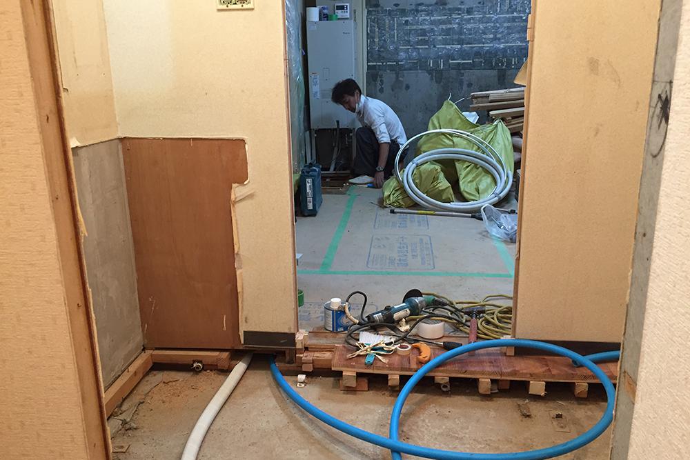 床下から通ってきた給水管