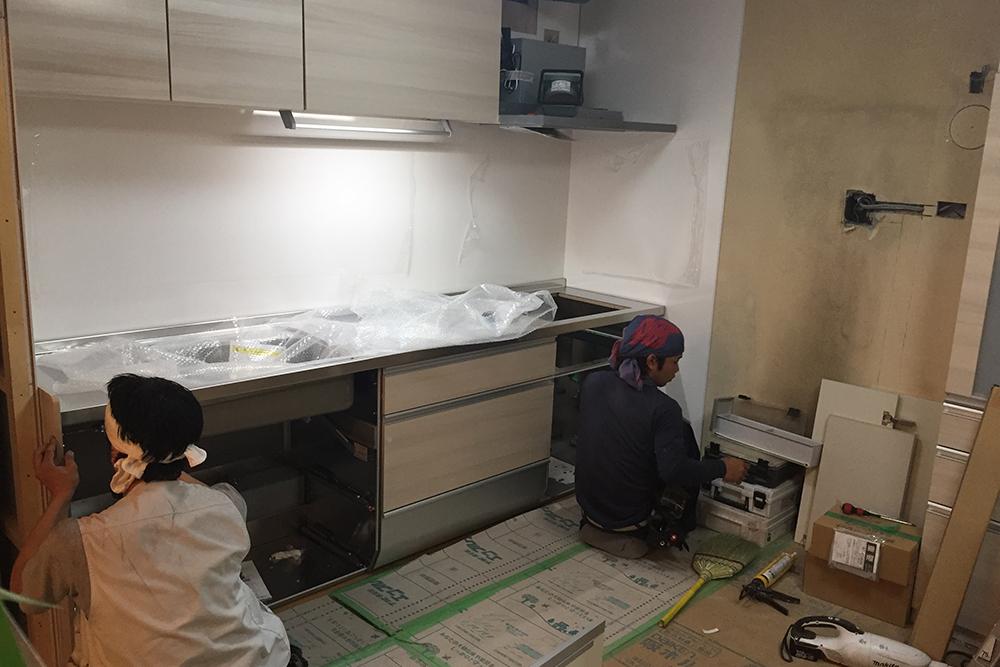キッチン本体取り付け中