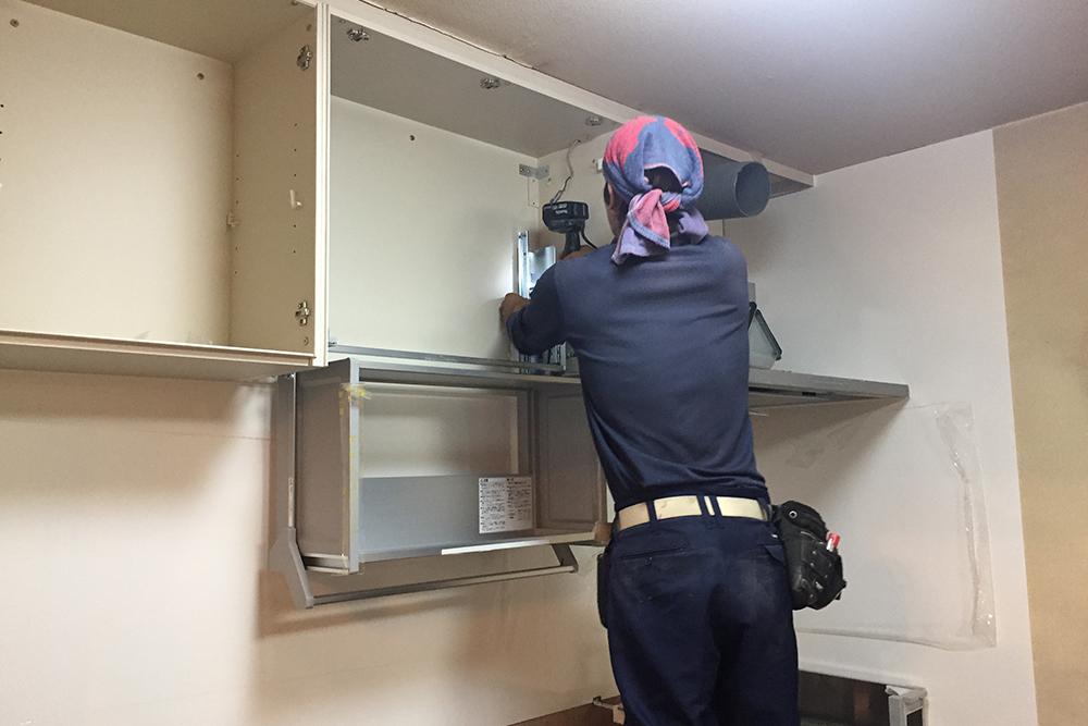 キッチン昇降棚取り付け中