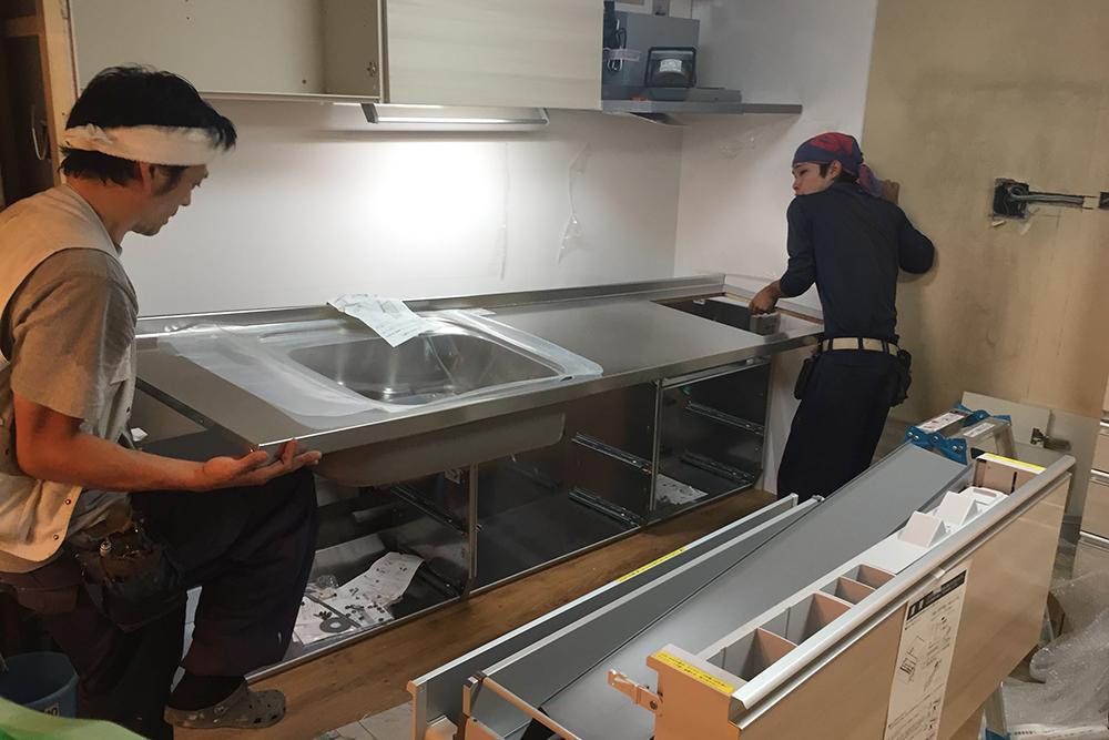 キッチン本体の設置中