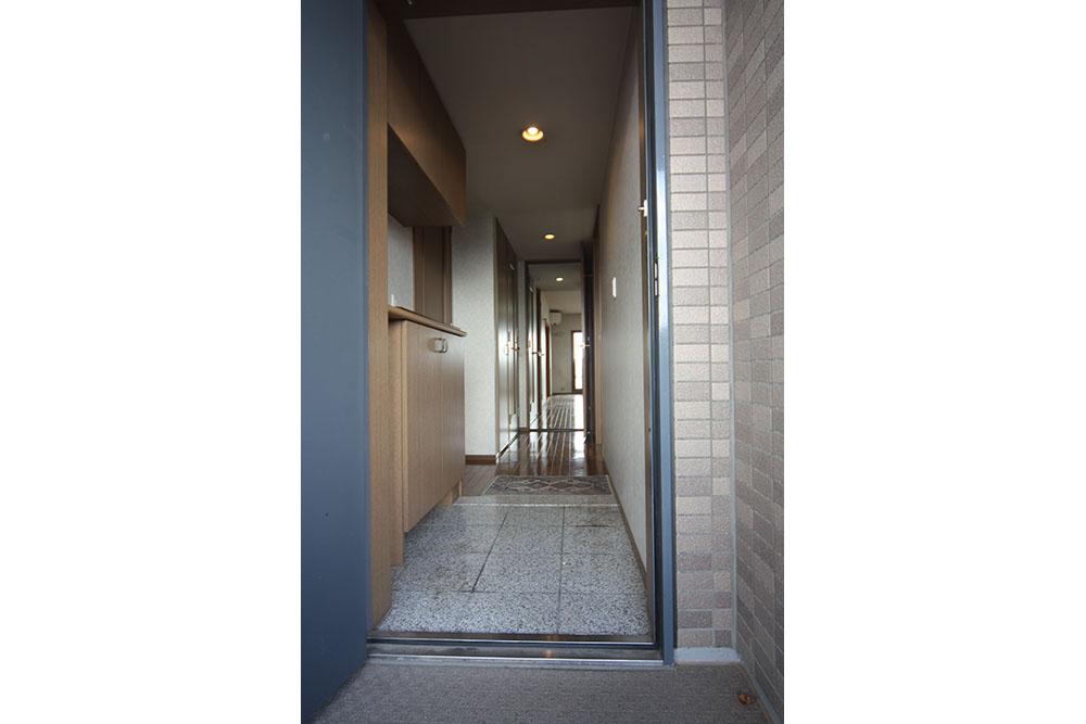 リフォーム前の玄関から廊下