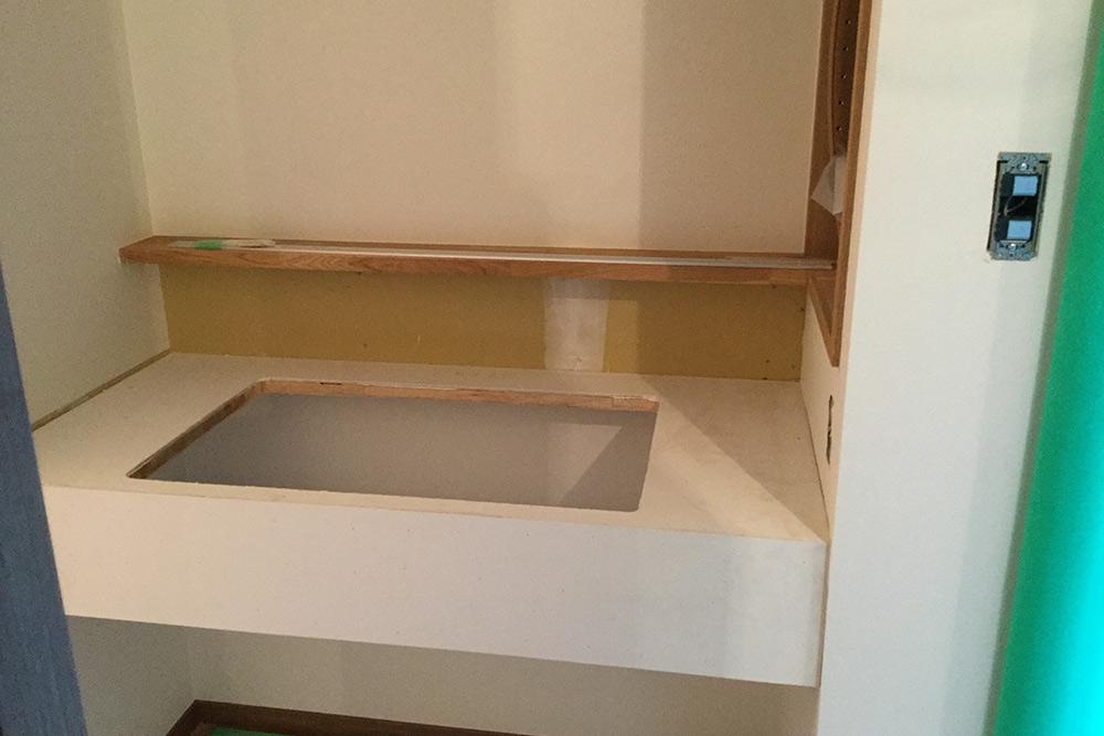 洗面台カウンター取り付け中