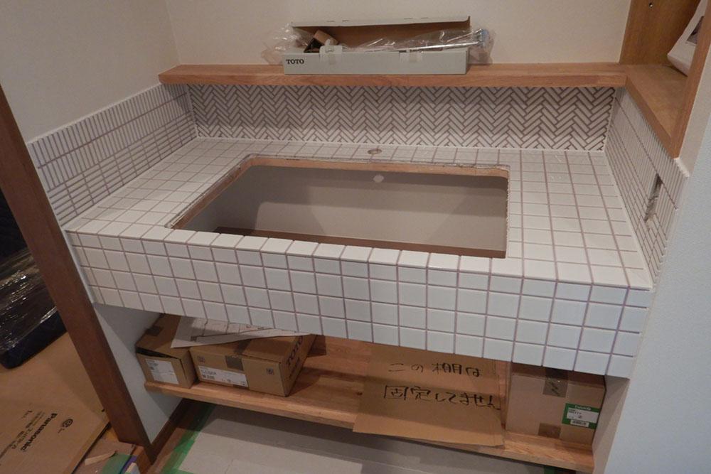 洗面台のタイル施工