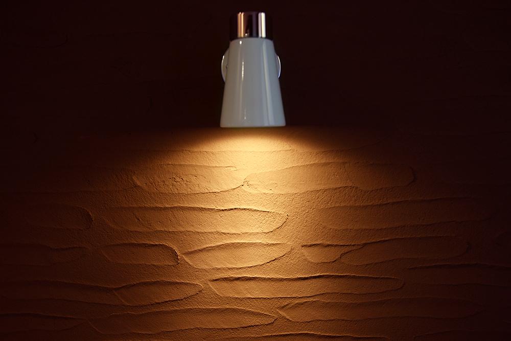 ライトアップされたシラス壁