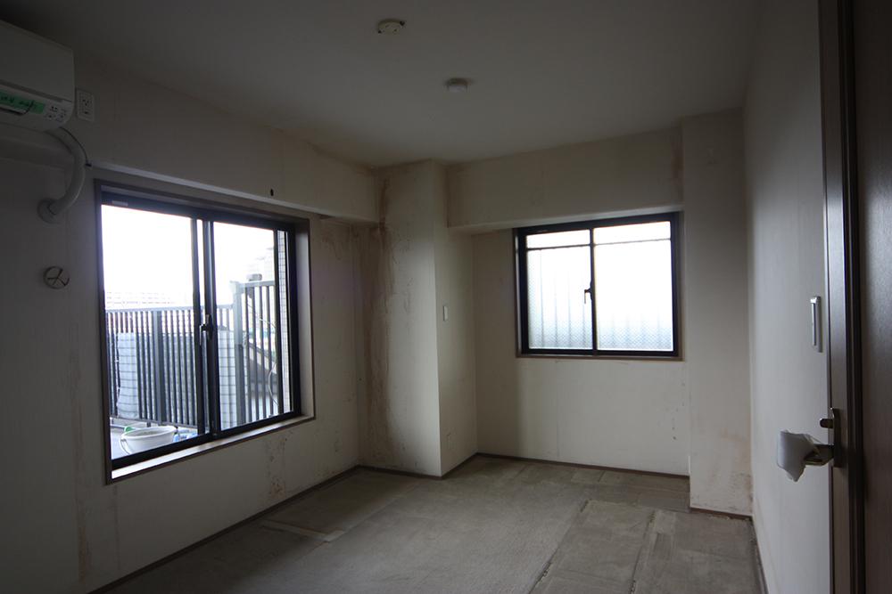 寝室窓側リフォーム前