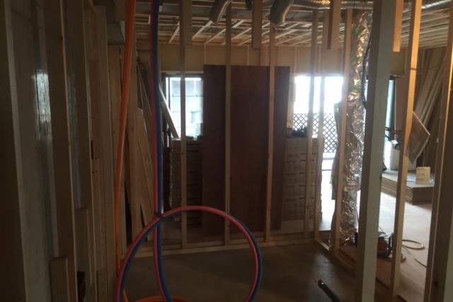 浴室の木枠と給水管