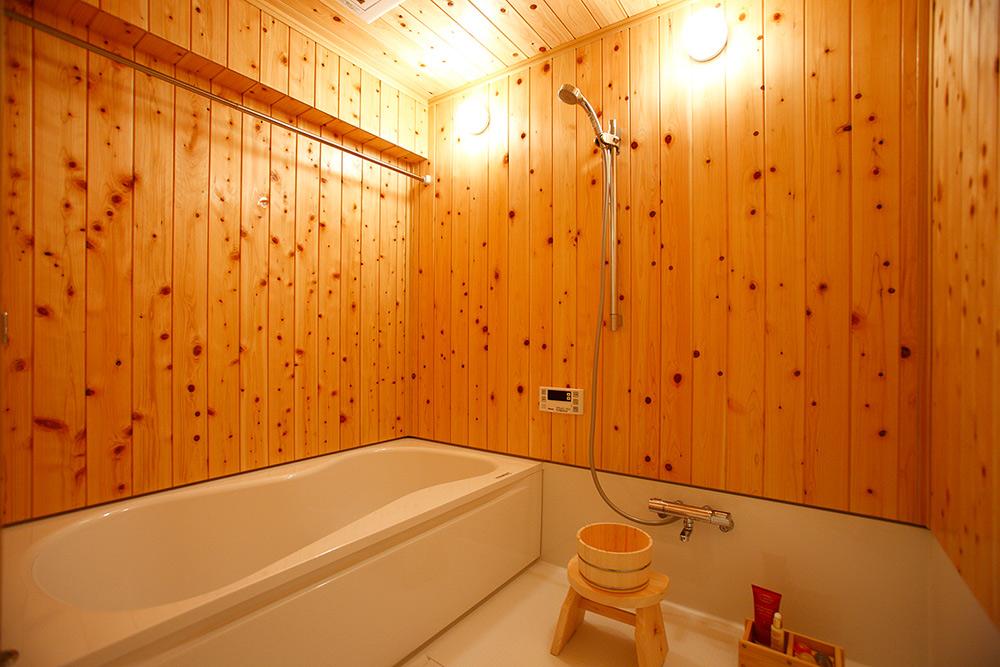 ヒノキ壁の浴室