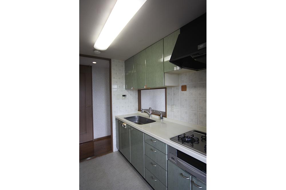 吊り戸棚があって視界が狭いキッチン