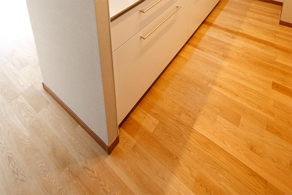キッチン・リビングの床も自然素材