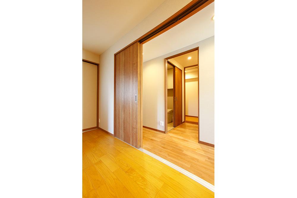 バリアフリーに配慮した寝室とトイレへの繋ぎ