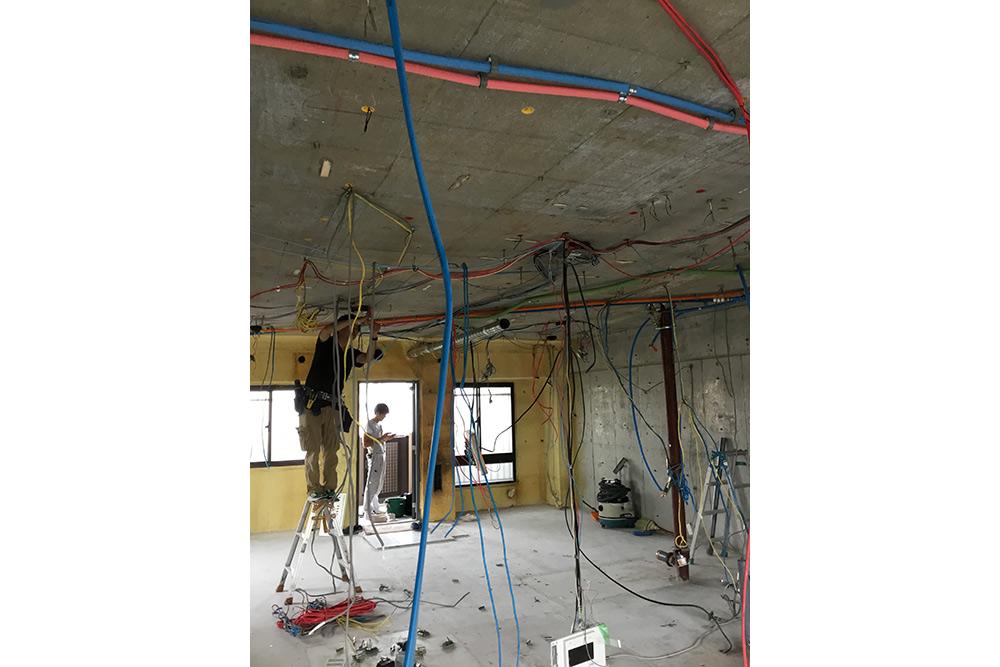 天井を這わせる給水管