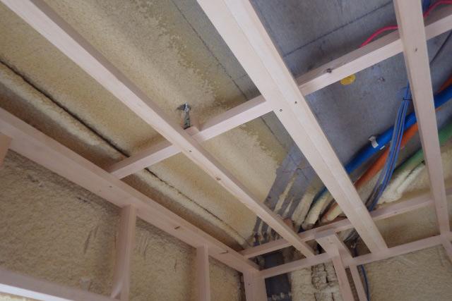 天井木枠と配管