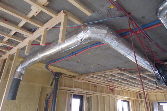 天井のダクトと給水管