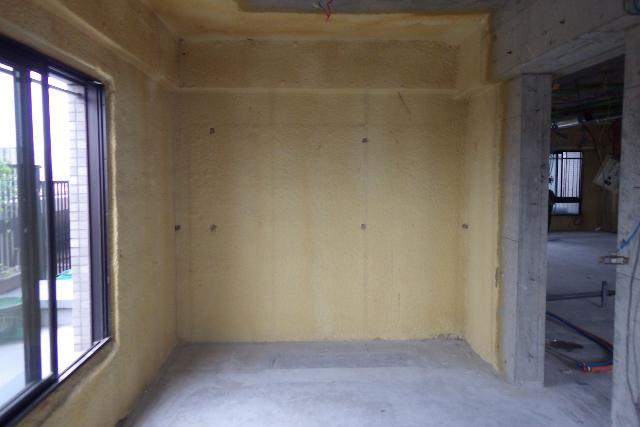 書斎リフォームのスケルトンで現れたコンクリート壁