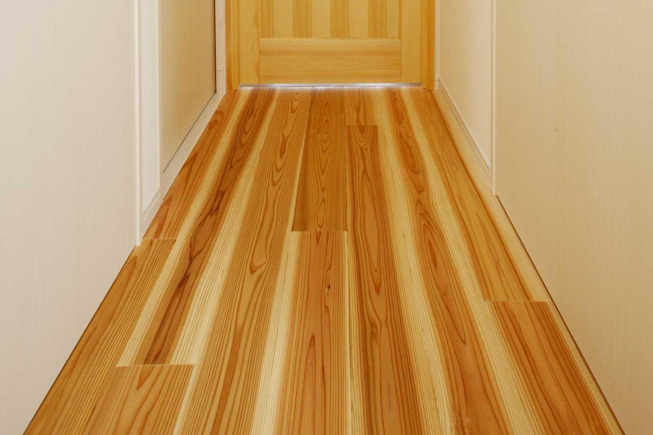 杉素材床の玄関